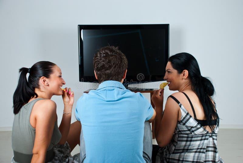 看电视的朋友 免版税图库摄影