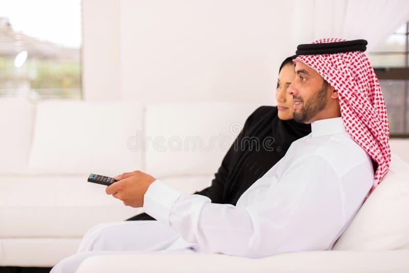 看电视的阿拉伯夫妇 免版税库存图片