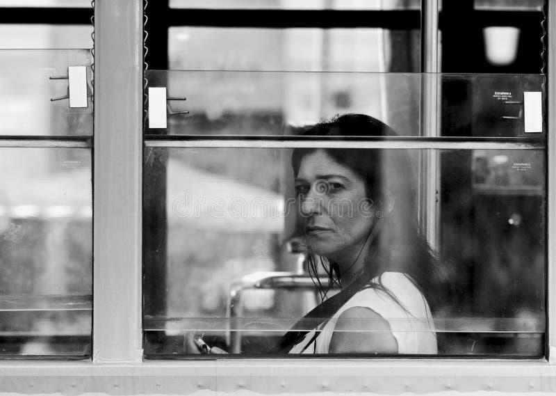 看电车` s窗口的妇女 免版税库存照片