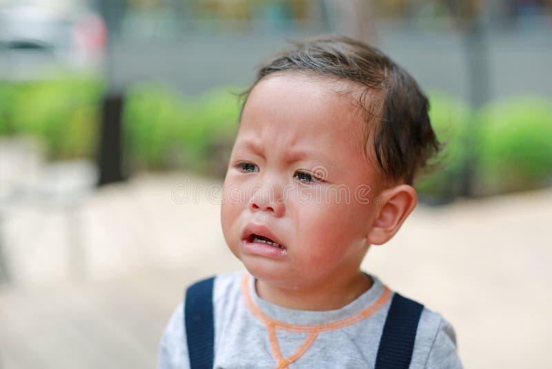 看画象特写镜头小的男婴哭泣和  免版税库存照片