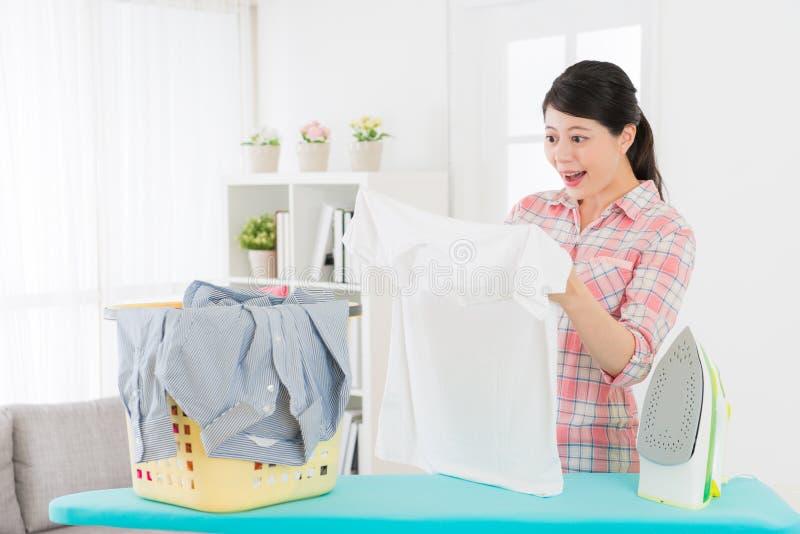 看白色衣物的愉快的俏丽的妇女 图库摄影