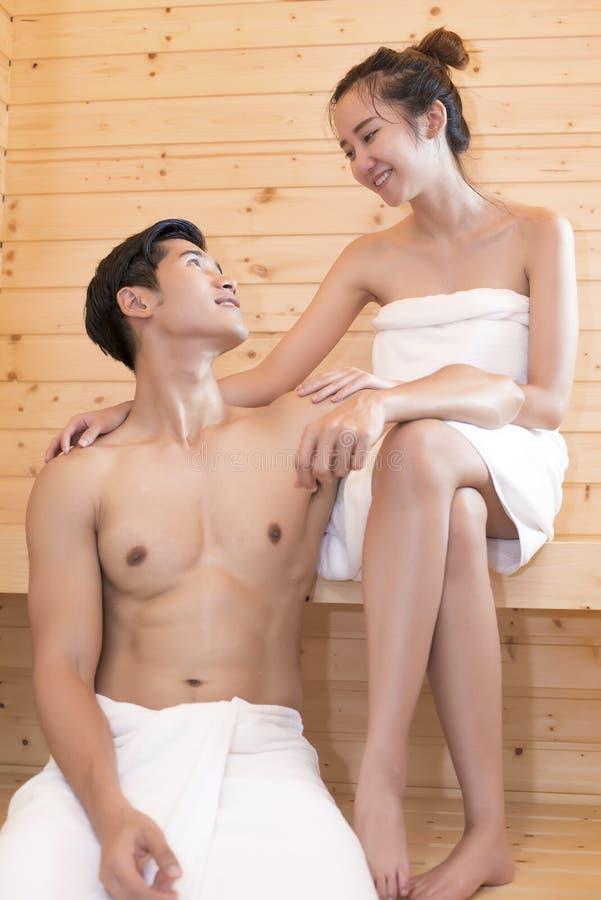 看的亚裔恋人在桑拿,与蒸汽的热治疗,假日和放松概念 图库摄影