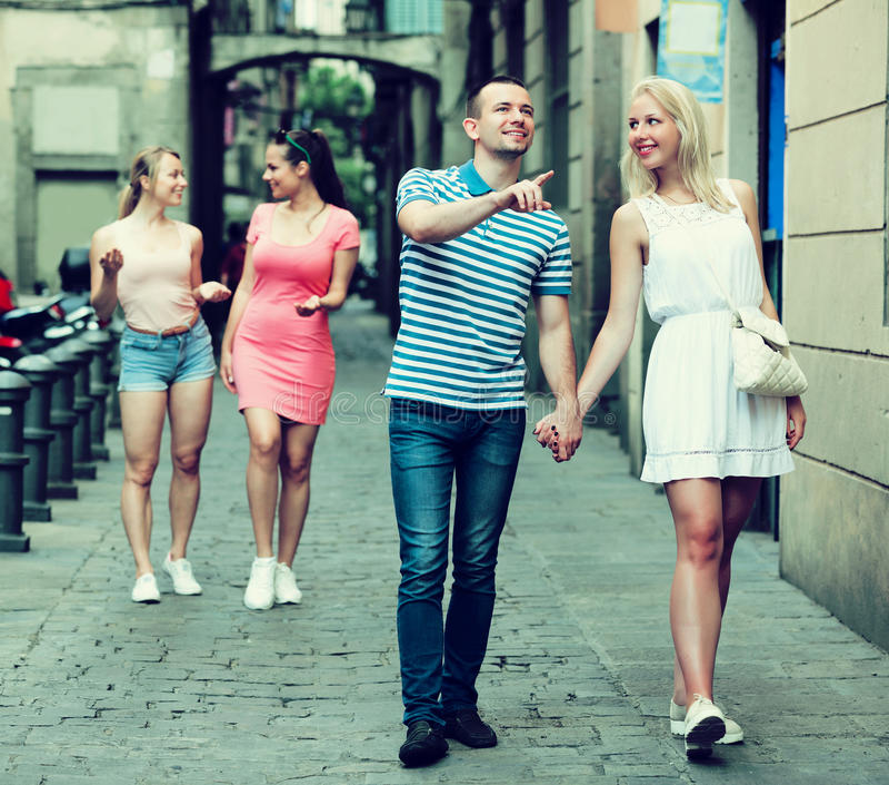 看的夫妇走动和 免版税图库摄影