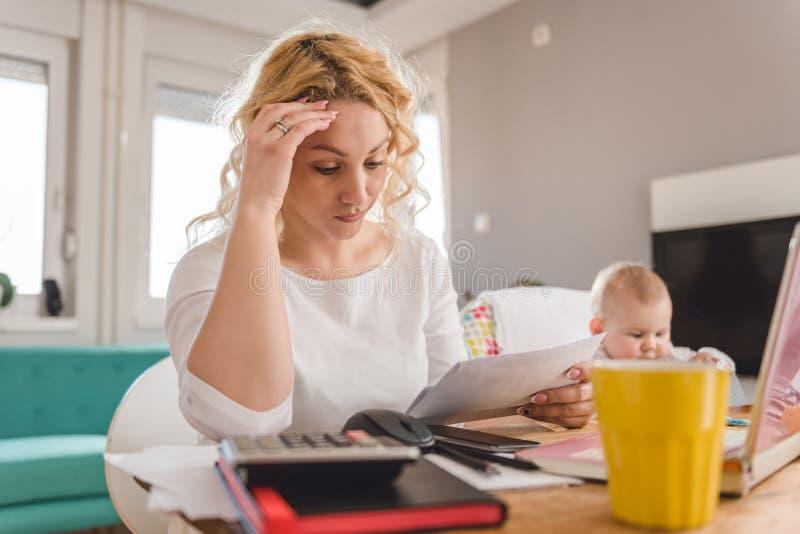 看皮革的担心的母亲 免版税库存照片