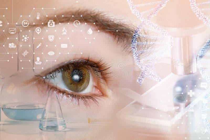 看直接在实验室工具后系统的一只女性眼睛的特写镜头  免版税图库摄影