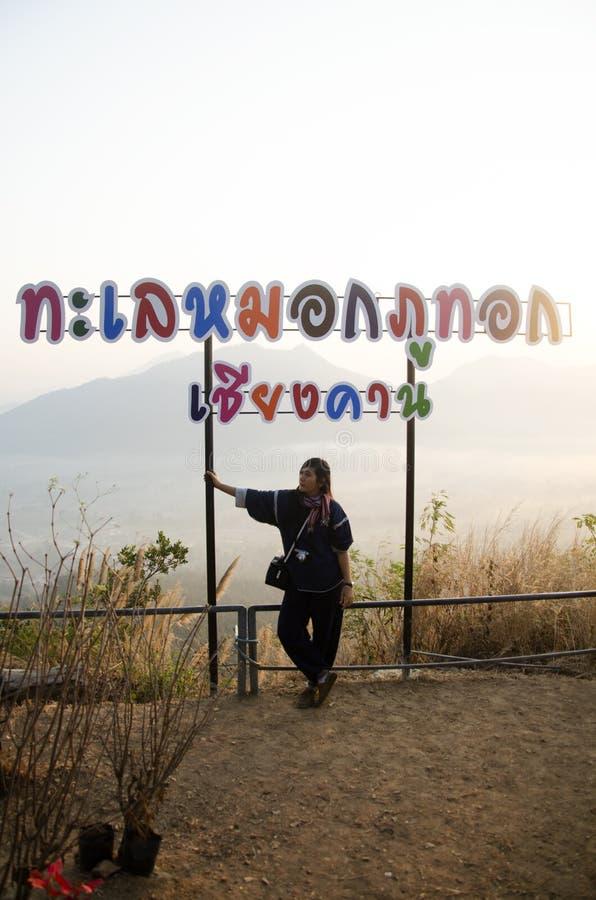看看法和摆在观点的旅客泰国妇女在phu tok山顶部 免版税库存图片
