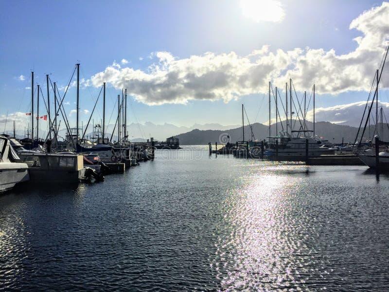 看看美丽的小游艇船坞在吉布森斯,不列颠哥伦比亚省,加拿大 船坞风船和太阳微光有很多 图库摄影