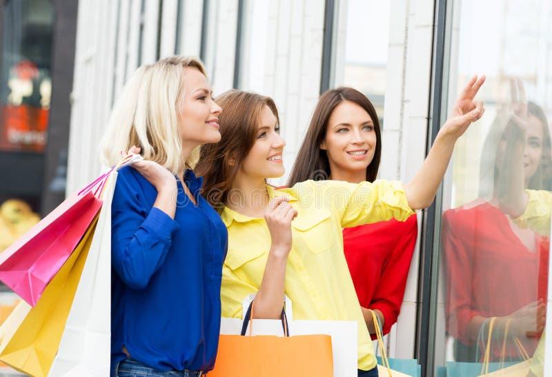 看礼服的三个美丽的少妇 免版税库存照片