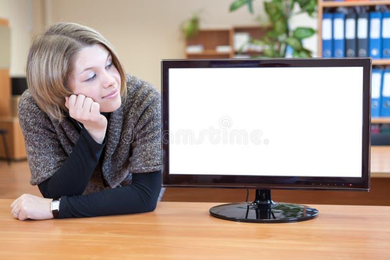 看空白的白色显示器的女实业家 库存图片