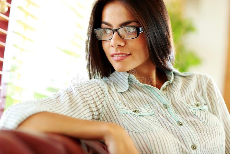 看窗口的女实业家在办公室 免版税库存图片
