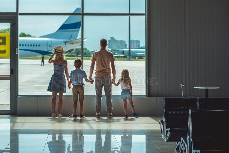 看窗口的家庭在机场 库存照片