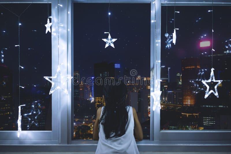 看窗口的小女孩 库存图片