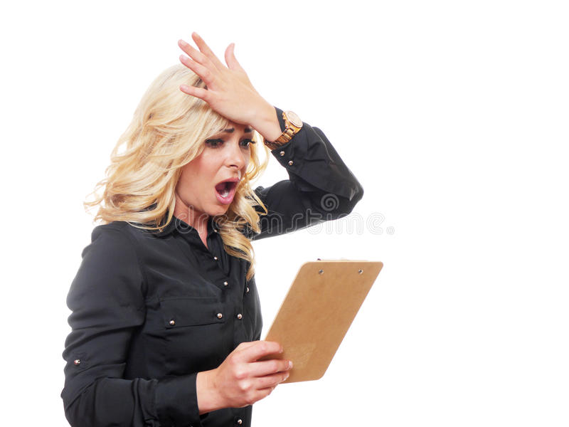 看笔记板的白肤金发的女商人 库存图片
