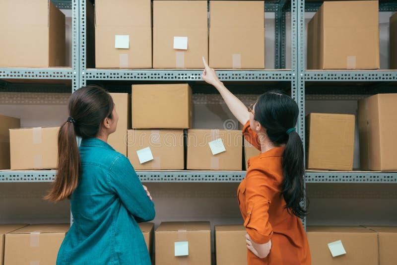 看箱子的网上购物公司工作者 库存图片
