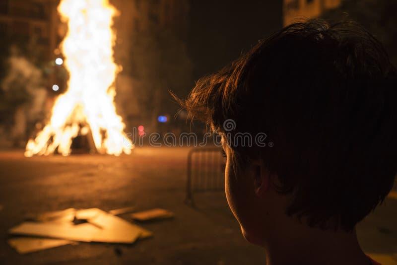 看篝火,巴塞罗那的男孩 免版税库存照片