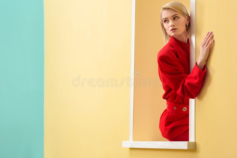 看红色的衣服的沉思时髦的女人  库存照片