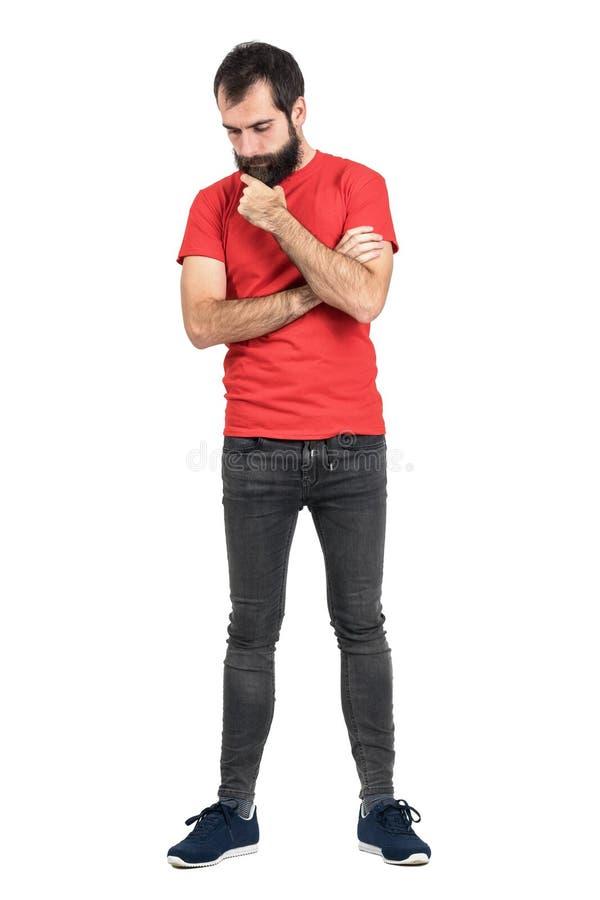 看红色的T恤杉的年轻行家抚摸胡子白色认为和下来 图库摄影
