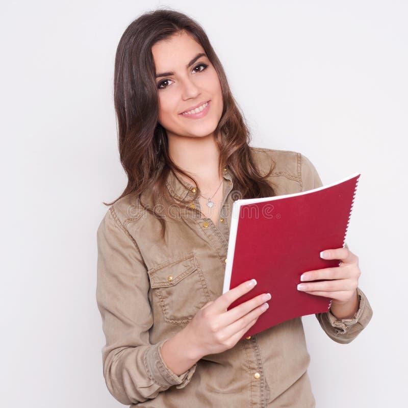 看纸的美丽的女商人 免版税库存图片