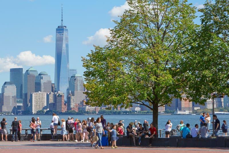 看纽约地平线的人们和游人 免版税库存照片