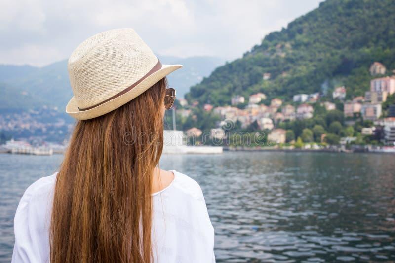 看美丽的景色的少妇 库存照片