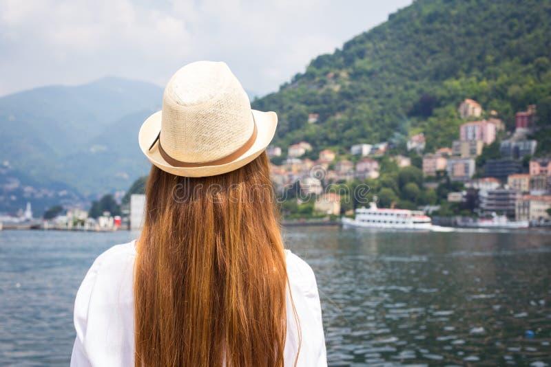 看美丽的景色的少妇 免版税图库摄影