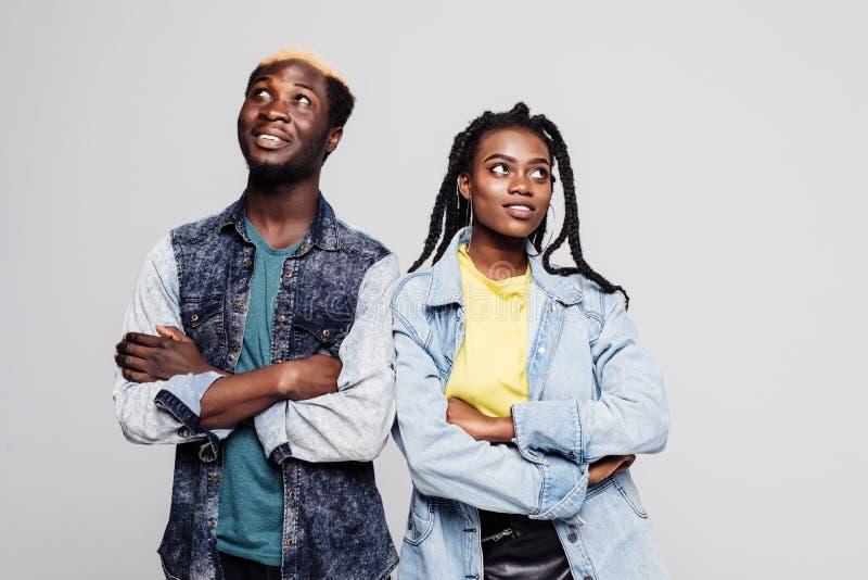 看翻倒年轻美国黑人的夫妇的画象站立与被交叉的双臂和隔绝在白色背景 图库摄影