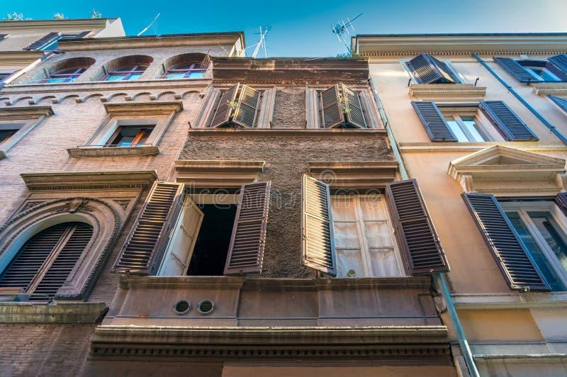 看老历史建筑在罗马市中心 免版税库存照片