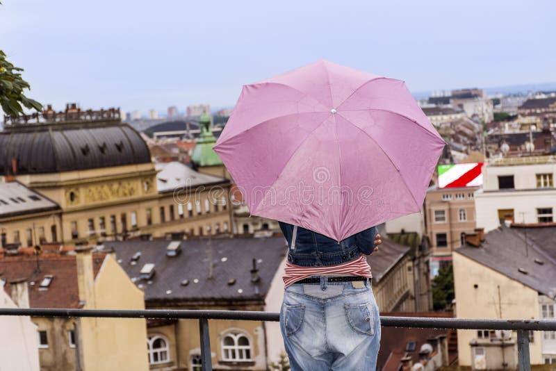 看老镇都市风景视图的妇女在萨格勒布 库存图片