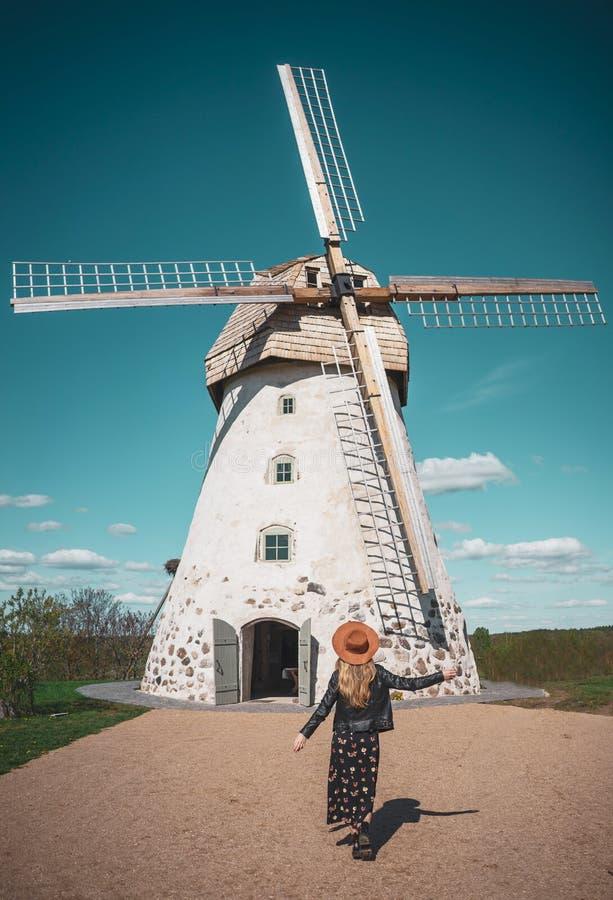 看老wildmill大厦,夏天好日子的帽子的妇女 图库摄影