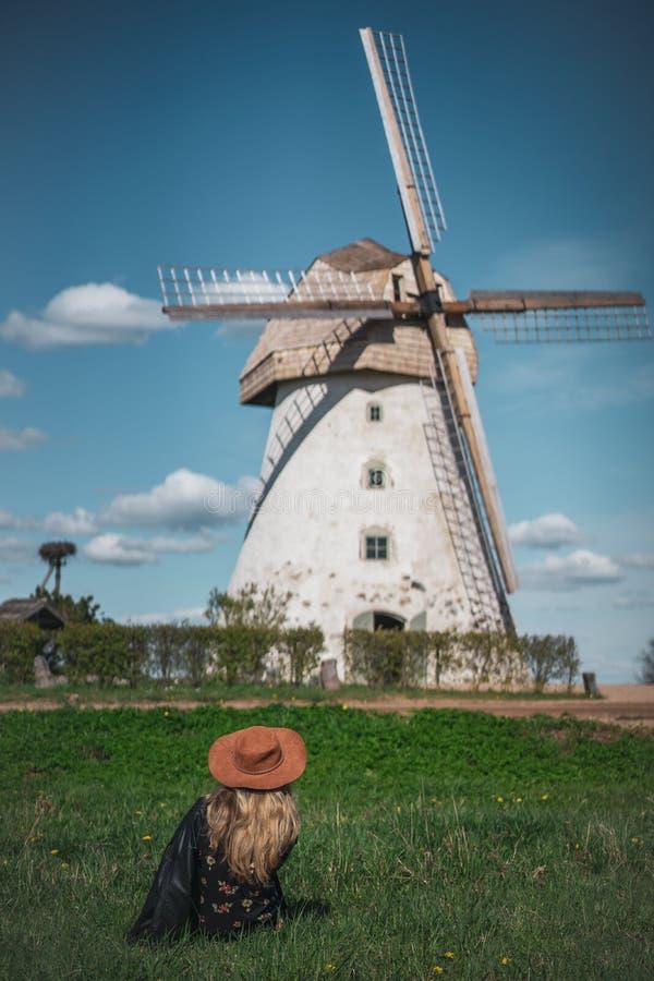看老wildmill大厦,夏天好日子的帽子的妇女 免版税库存图片