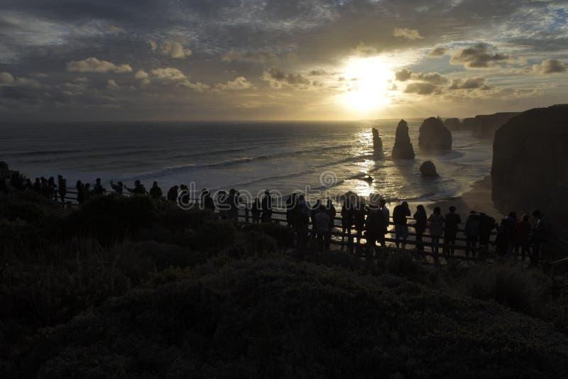 看耶稣十二门徒大洋路的游人剪影在维多利亚澳大利亚 免版税库存照片