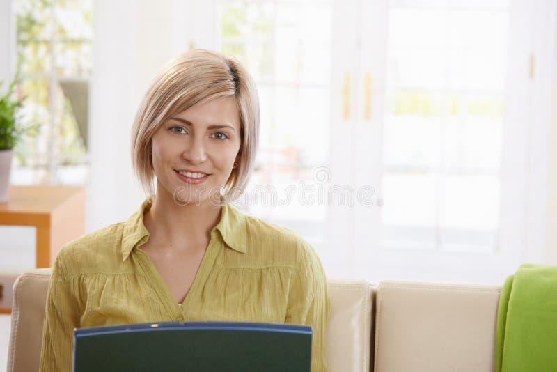 看膝上型计算机的妇女画象 免版税库存照片