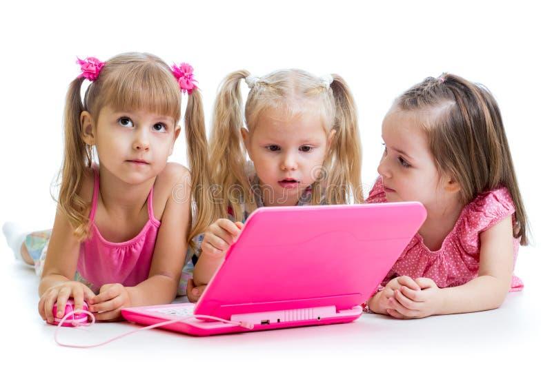 看膝上型计算机的小组孩子 免版税库存图片