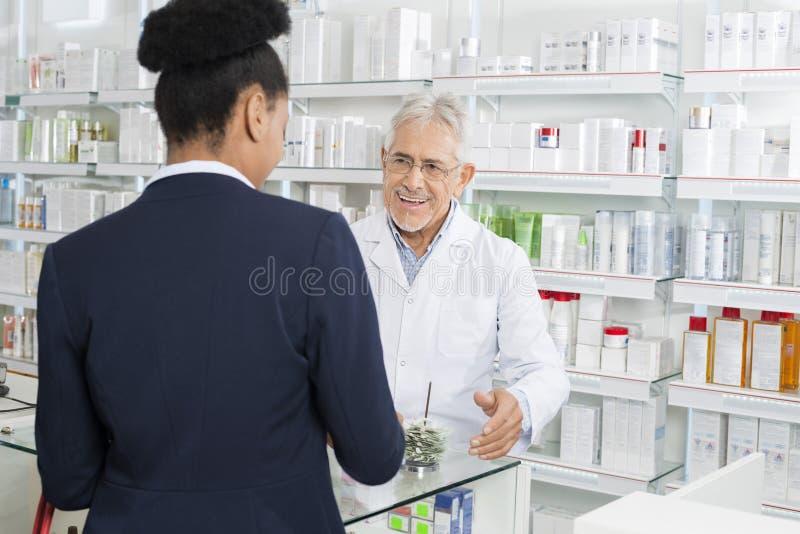看药房的药剂师女实业家 免版税图库摄影