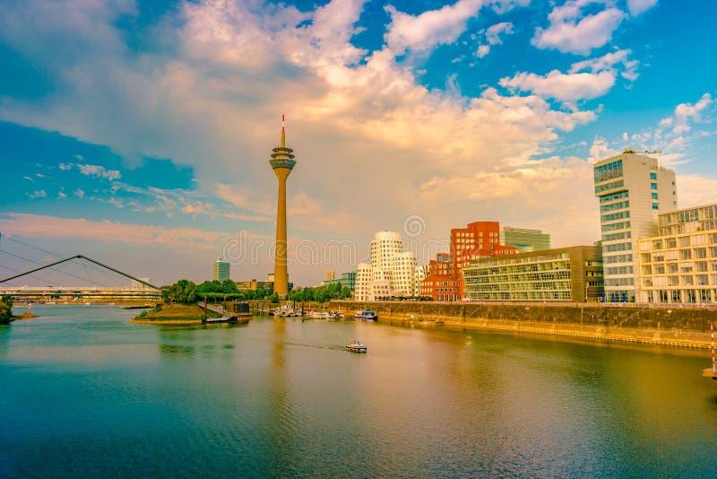看莱茵河的媒介港口在杜塞尔多夫在德国 免版税图库摄影