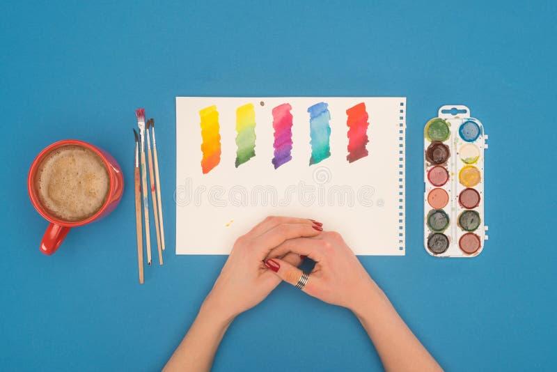 看被稀释的油漆的设计师 库存照片