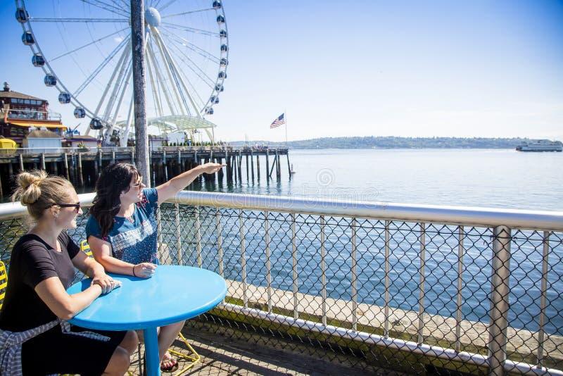 看西雅图港口的两名妇女在一个晴天 库存图片