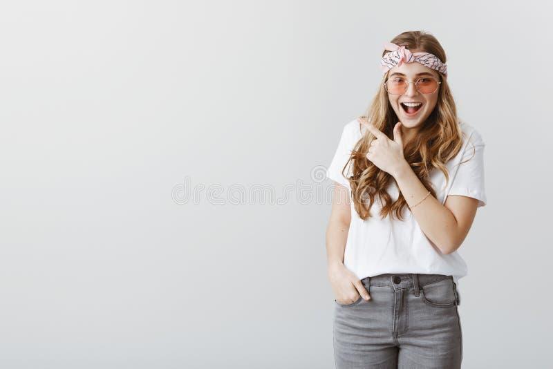 看见昨晚醉得的那个女孩 激动的迷人的白种人妇女画象有金发的,佩带的头饰带 免版税库存图片