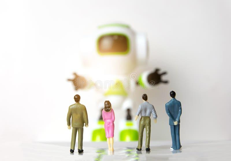 看见机器人的小人商人小立场 免版税库存图片