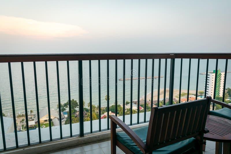 看见海和天空的阳台视图在华欣,泰国 库存图片