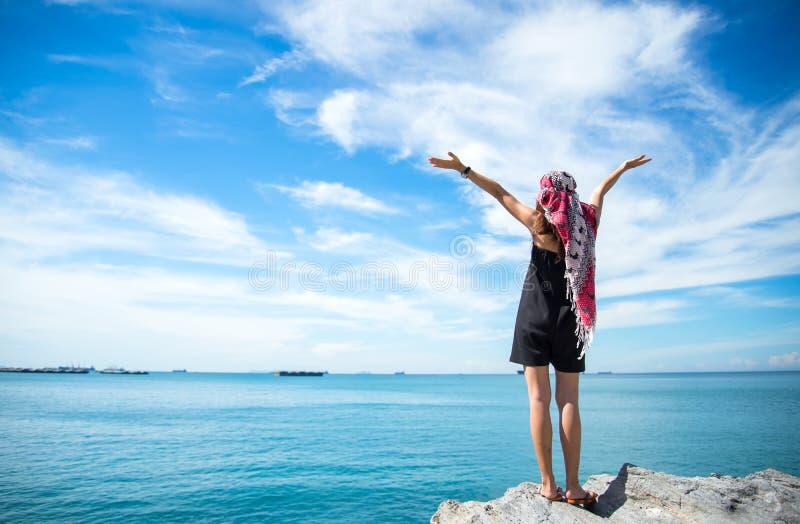 看见美丽的海滩和蓝天的旅客少妇, 图库摄影