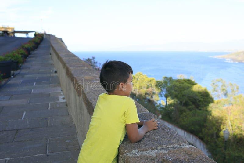 看见蓝色海的男孩 库存图片
