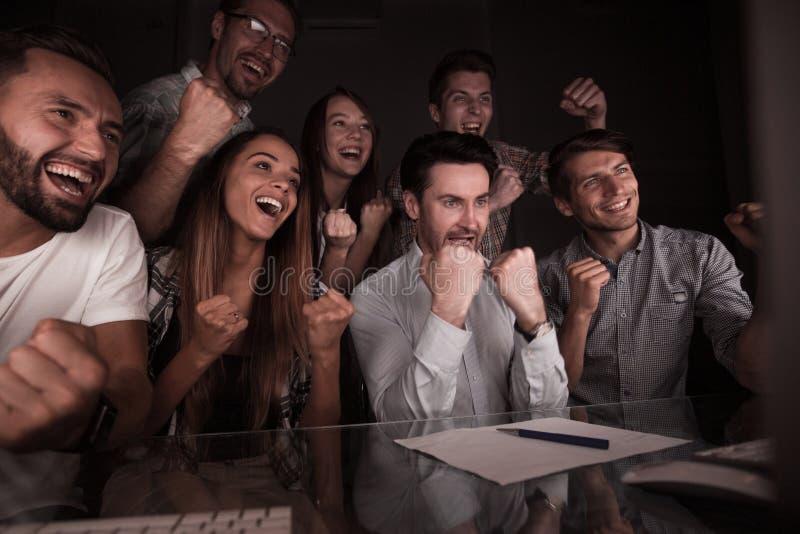 看计算机显示器的愉快的企业队 免版税库存照片
