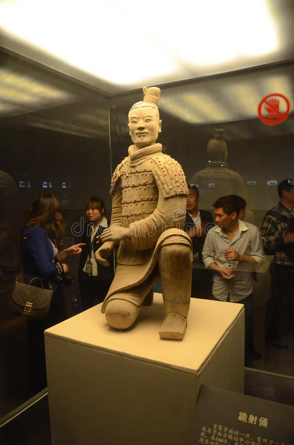 看赤土陶器战士的游人在西安 免版税库存照片