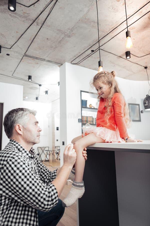 看起来一件方格的衬衣的灰发的高父亲集中 免版税库存照片