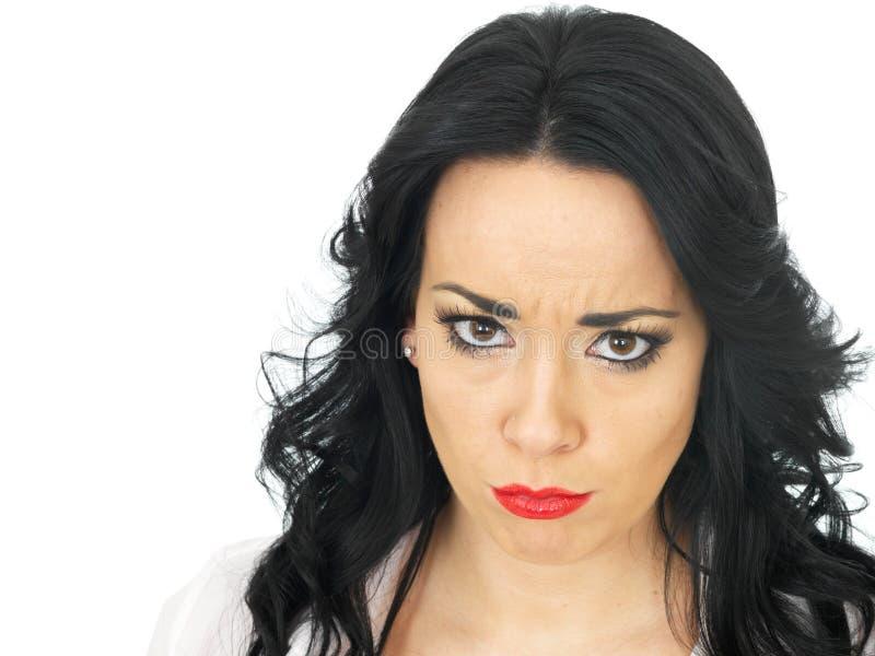 看起来一名严厉的严肃的年轻西班牙的妇女的画象恼怒 库存照片