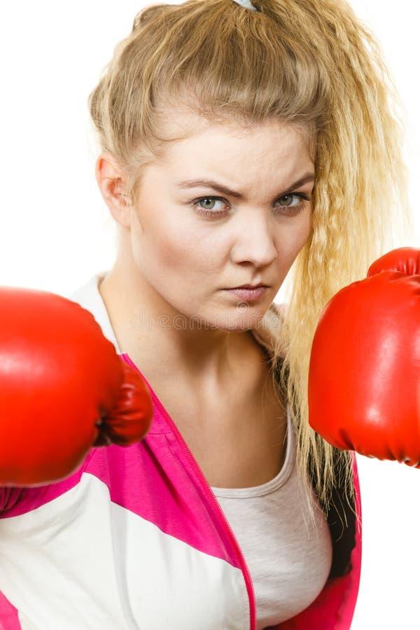 看起来严重的佩带的妇女的拳击手套 库存图片