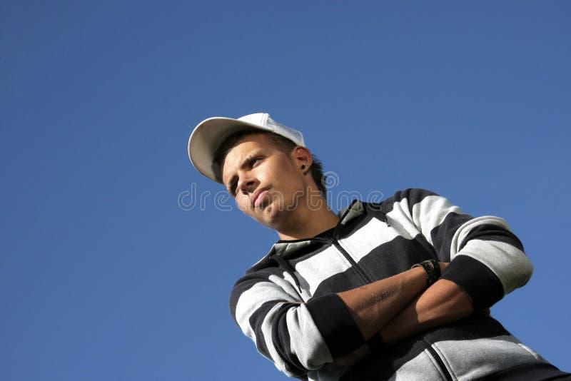 看起来严重的少年的棒球帽 免版税库存照片