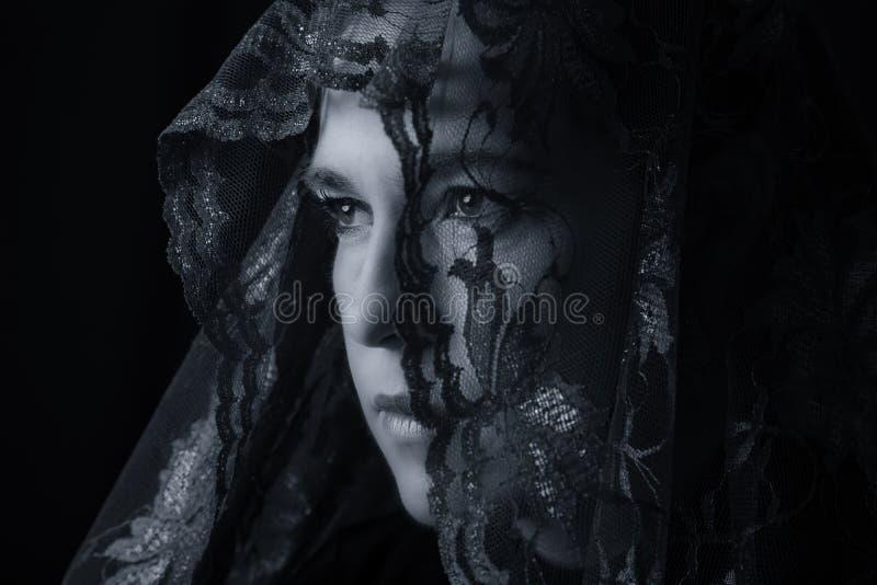 看起来中东妇女的画象哀伤以蓝色hijab艺术家 库存图片