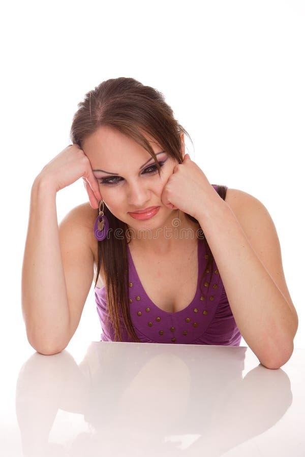 看起来傻笑的妇女的有吸引力的照相&# 免版税图库摄影